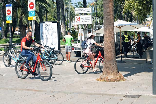 Las bicis también circulan por zonas destinadas sólo a peatones (Foto: Lluis FGM)