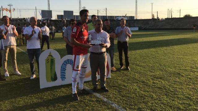 Raíllo posando con el trofeo en Inca (Foto: RCD Mallorca)