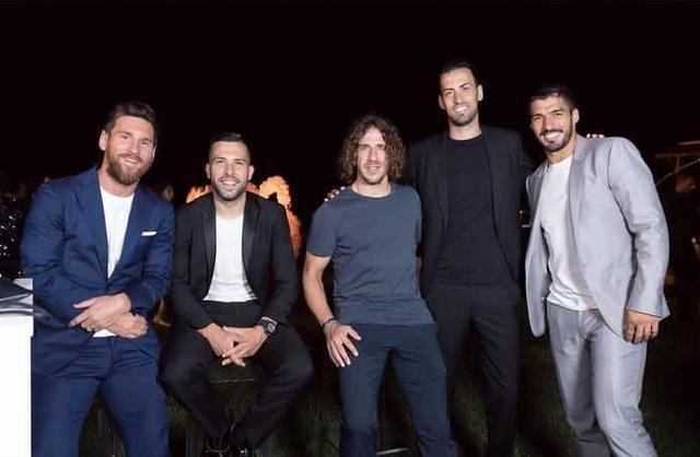 Carles Puyol, Sergi Busquets, Jordi Alba y Luis Suárez. amigos del novio