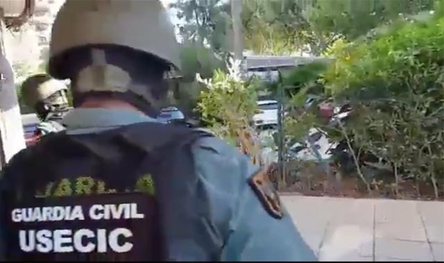 El grupo especial de la Guardia Civil dirigiéndose para entrar en el domicilio de los delincuentes por sorpresa en Magaluf (Foto: Guardia Civil)