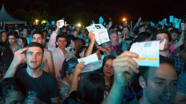 Los seguidores de Guetta expresando en Santander su malestar