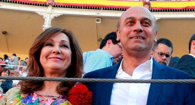 Muñoz ha sido arrestado junto a su hermano y su abogado han sido arrestados por contratar supuestamente al expolicía para extorsionar