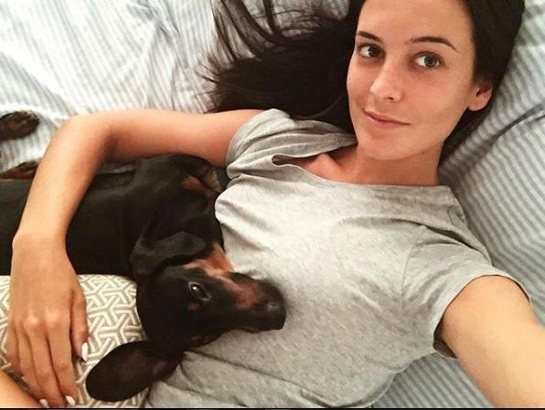 La blogger Helena Coll con su perra Gin (Foto: Instagram)