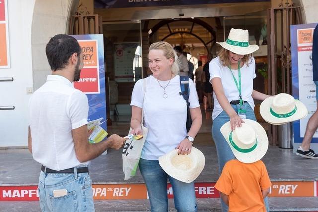 Un sombrero de diseño exclusivo ha sido el obsequio que han recibido todos los que se han realizado el test de fotoprotección (Foto: AECC Baleares)
