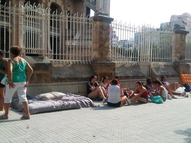 Jóvenes esperan pacientemente su turno. Delante de ellas un colchón en el que algunas habrán hecho guardia