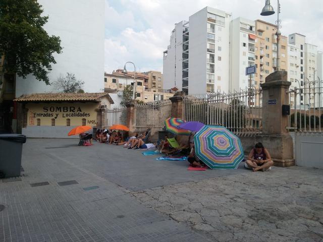Los seguidores del cantante llevan días apostados frente al Coliseo balear