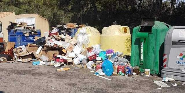 Residuos acumulados frente a las viviendas de las urbanizaciones de Llucmajor