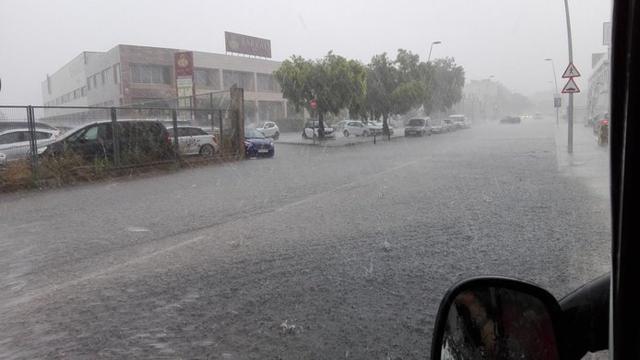 El agua ha sorprendido a los conductores (Foto: Twitter Francisco Seguí)
