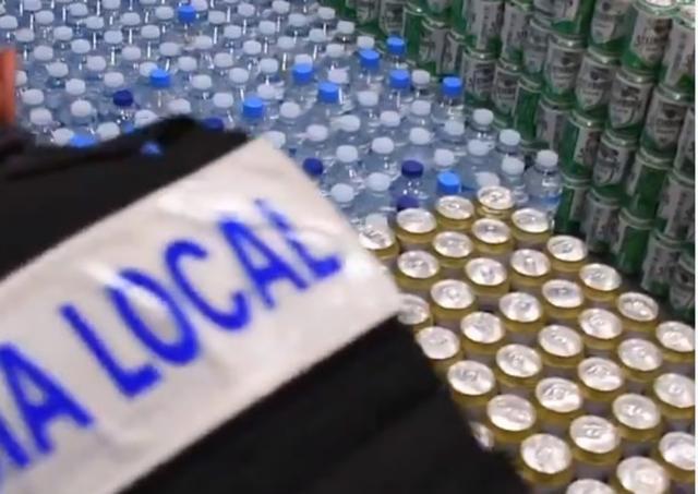 La Policía Local de Palma en el local donde los vendedores ambulantes almacenaban la mercancía (Foto: Policia Local)
