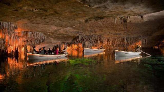 Estalagmitas y estalactitas crecen un centímetro cada 100 años (Foto: Cuevas del Drach)