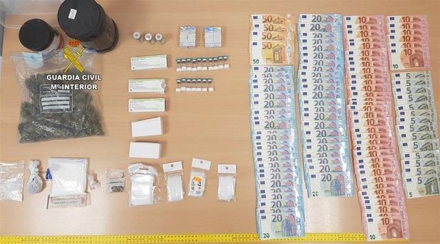 Droga y dinero encautados (Foto: Guardia Civil)