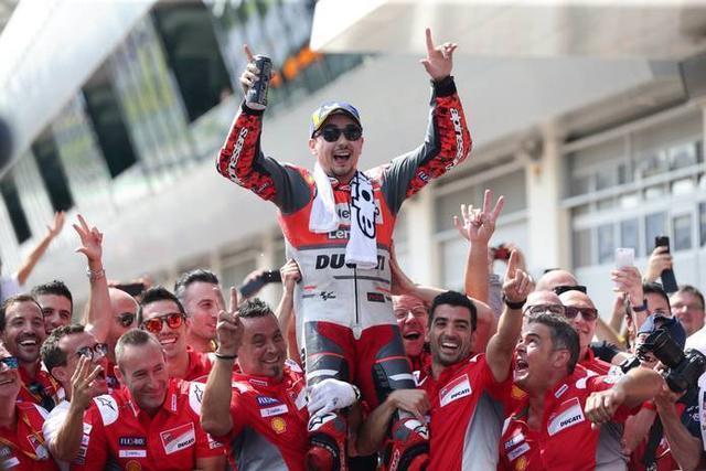 El piloto mallorquín celebrando el triunfo en Austria