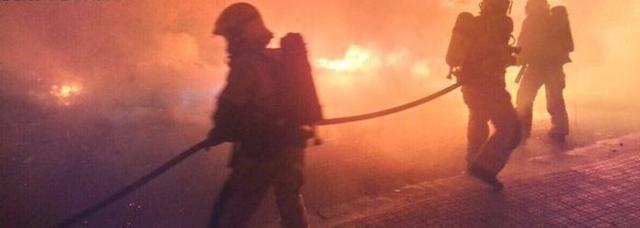 Bomberos extinguen el fuego provocado en contenedores Archivo