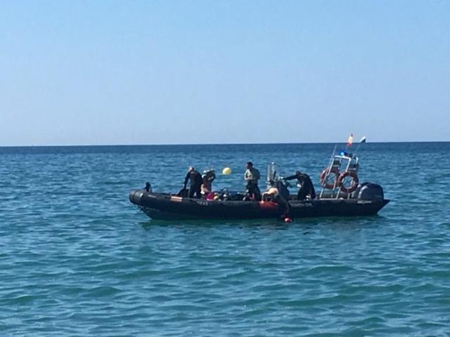 Efectivos del GEA (Grupo Especual de Actividades Subacuáticas) buscan el brazo amputado del turista en aguas de Es Trenc