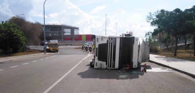 El camión ha volcado en el polígono de Levante, en la Avenida México, y se ha cortado al vía (Foto: Twitter)
