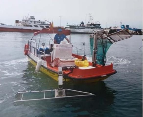 En Baleares hay 14 barcas que recogen todos los residuos del litoral