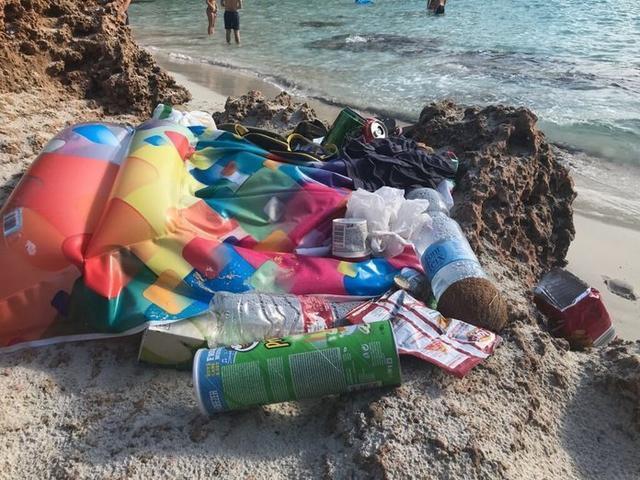 Imagen de algunos de los residuos acumulados en Caló des Moro (Foto: Twitter @AliceOehm)