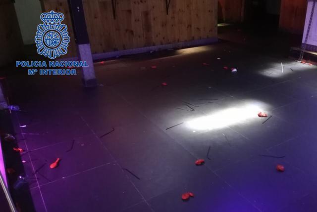 El suelo de una sala apareció repleto de globos que presuntamente portaron oxido nitroso (Foto: CNP)