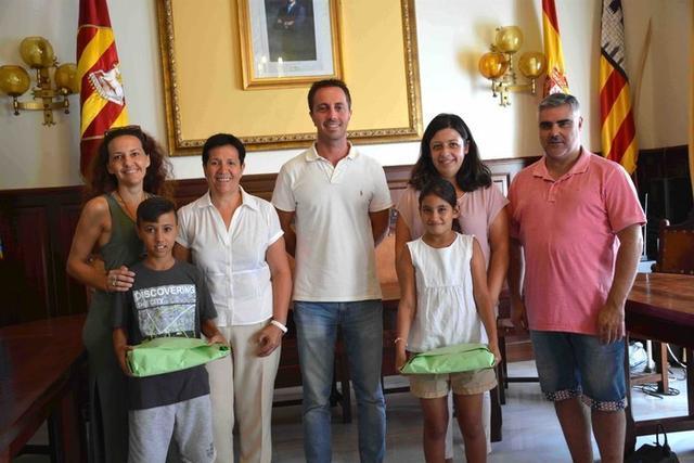 Abdú y Fatimetu en el Ajuntament de Santanyí (Foto: Aj, Santanyí)
