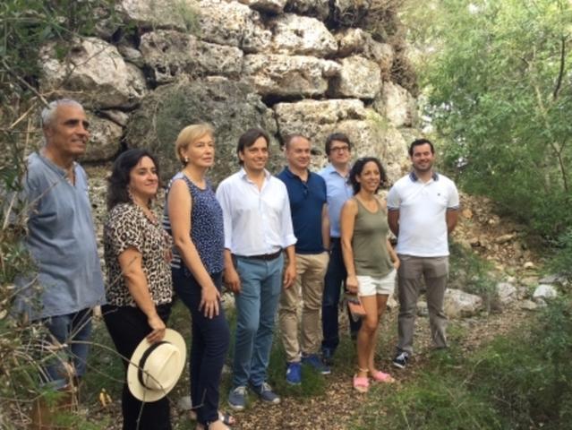 El vicepresidente Miralles i la alcaldesa de Llubí con el resto de asistentes a la visita (Foto: Consell de Mallorca)