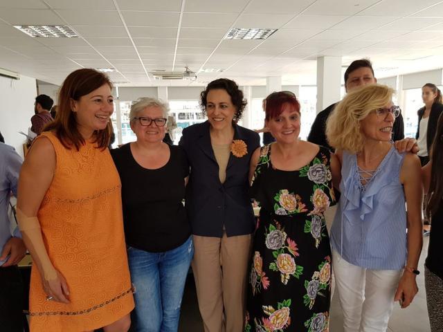 La camarera de pisos y delegada sindical de UGT, Soledad Castro, entre la presidenta del Govern y la ministra de Trabajo