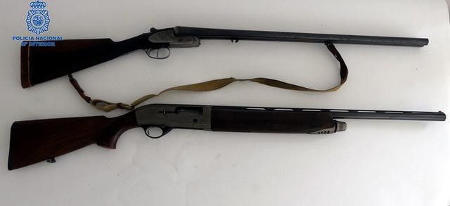 Las dos escopetas de caza dispuestas para hacer fuego (Foto: CNP)