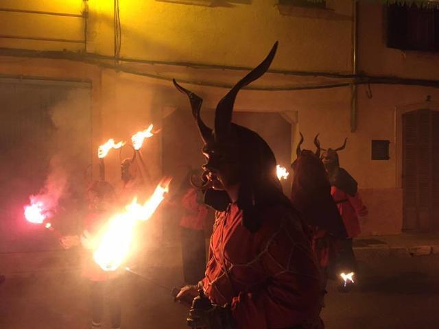 Dimonis y fuefo en el Correfoc de s'Arracó (Fot: Facebook Ajt. Andratx /Archivo)