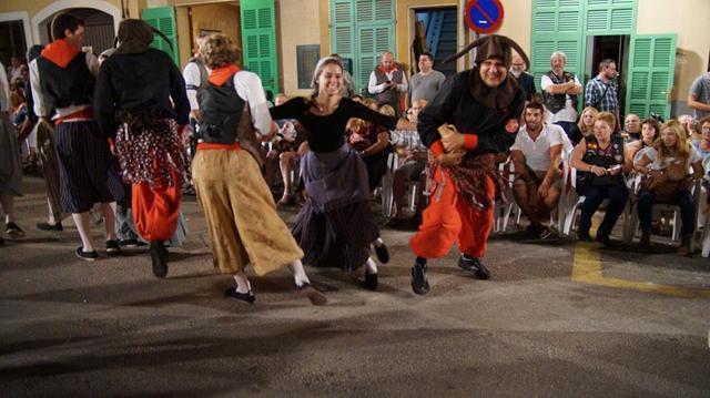Los dimonis persiguen a los payeses para robarles sus jarras, que después romperán ante La Beata (Foto. Ajuntament de Santa Margalida. Facebook / Archivo)