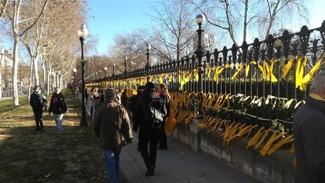 Una mujer ha sido agredida este fin de semana por quitar lazos amarillos en el Parc de la Ciutadella (Foto: Europa Press)