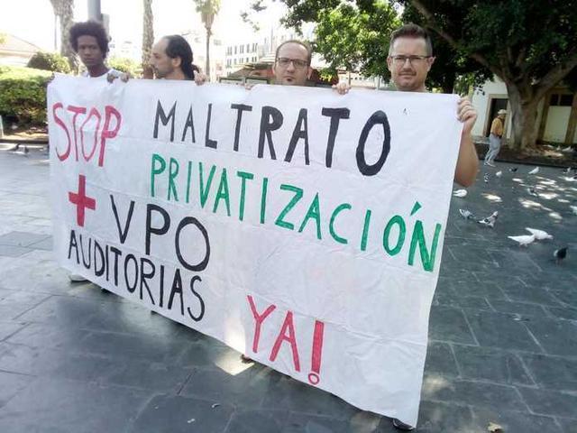 Los activistas desplegando una pancarta (Foto: Stop Desahucios)