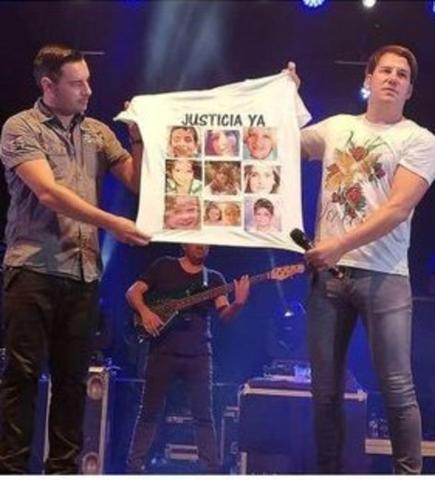 El dúo exhibiendo la polémica camiseta