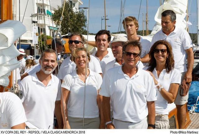 Posando junto al resto de la tripulación (Foto: Vela Clásica Menorca)