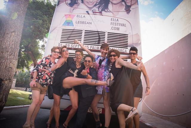 Un grupo de chicas frente a un autobús que promociona el evento (Foto: ELLA Festival)
