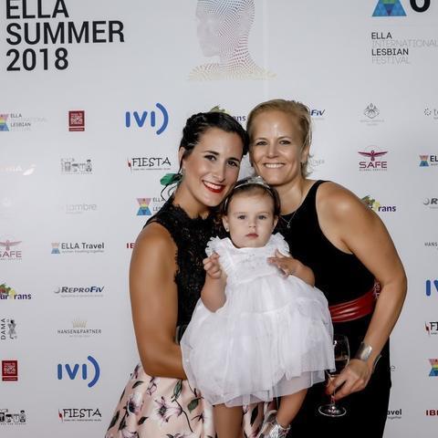 Kristin y su mujer, Yamila, sujetando a su hija Sofía en la inauguración del Festival ELLA 2018 celebrada el pasado jueves en el Palau de Congressos de Palma