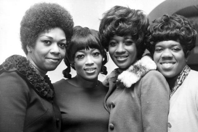Cissy Houston, la primera a la izquierda, junto al resto de las Sweet Temptations, el grupo de coristas que acompañaba a Franklin