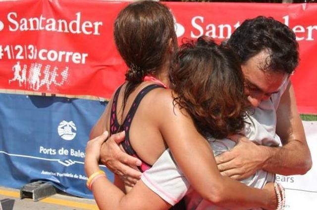 Abrazo al llegar a meta con Mª Carmen Soler (triatleta ciega) y su guía German Hellimg (Foto: Facebook)