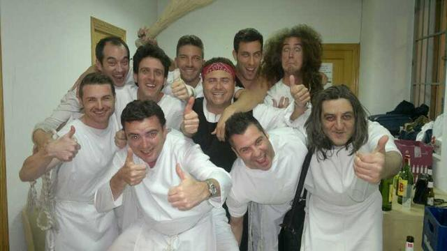 Sergio, en el centro con camiseta negra y turbante rojo, junto a otros miembros del grupo. (Foto: Facebook Los Inhumanos)