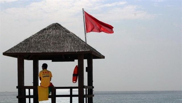 Una bandera rojo que da muy mala imagen al turismo si es por vertidos fecales en Can Pere Antoni y Ciutat Jardí