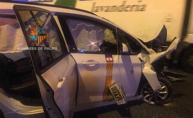 El taxi siniestrado tras la colisión con el vehículo que conducía en dirección contraria en la Vía de Cintura