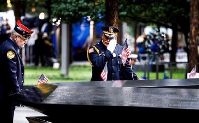 Un oficial se seca las lágrimas en el Memorial de los atentados del 11 de septiembre de 2001