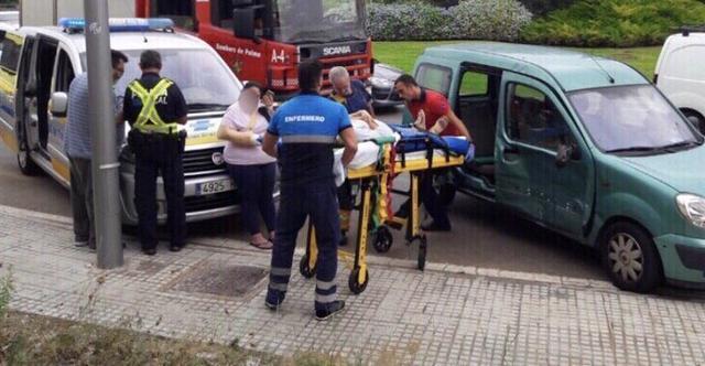 El herido, tras ser rescatado por los bomberos, es trasladado en camilla a la ambulancia (Foto: Bomberos Palma)