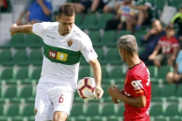 Salva Sevilla presionando a un rival