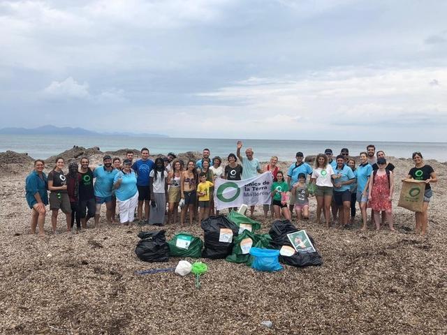 Más de 70 personas han participado en la limpieza de la playa (Foto: Amics de la Terra)