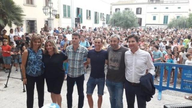 Enric Mas con los políticos en la plaza del ayuntamiento y detrás cientos de artanencs en el homenaje que le han rendido