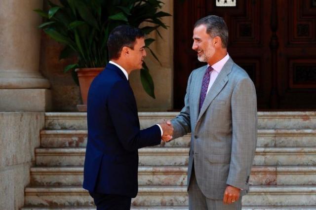 Pedro Sánchez y el Rey estrechan las manos a las puertas del Palacio de Marivent (Foto: Casa Rea)