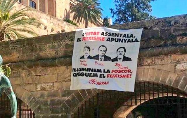 Los jóvenes de la organización independentista de Arran colgaron esta pancarta en s'Hort del Rei en Palma (Foto: Facebook)