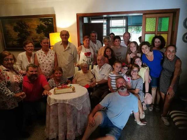 Margalida Ginard rodeada de los suyos (Foto: Aj Ses Salines)