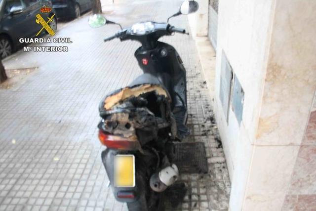 El ciclomotor ardió cuando estaba aparcado en la vía pública (Foto: Guardia Civil)