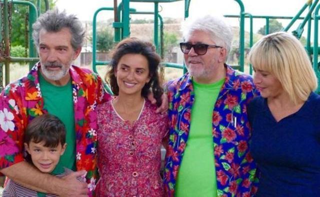 La foto del final de rodaje de 'Dolor y Gloria' con Banderas, Penélope Cruz y Pedro Almodóvar (Foto: Twitter)