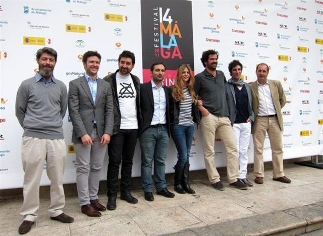 Cabotà, en el centro de la imagen, custodiado por el elenco de su ópera prima (Foto: Europa Press)